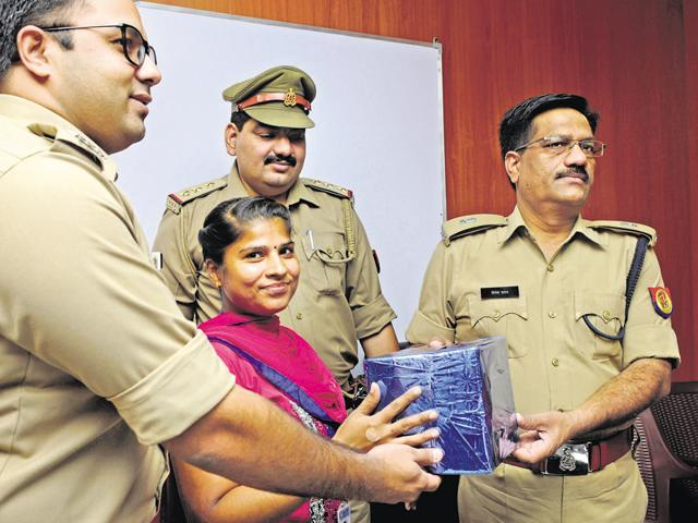 Police felicitate a resident who helped them apprehend a snatcher.