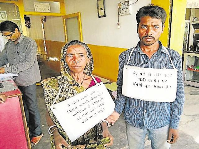Rajkumari and her son, begging for money in front of the Tikamgarh Collectorate.