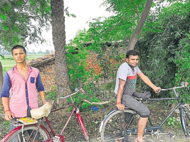 Satish Yadav, left, is a Samajwadi Party supporter while Arun Kumar backs the Bahujan Samaj Party.(HT Photo)
