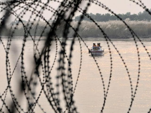 Indian Border Security Force (BSF) soldiers patrol on a boat in Out Post (OP)Chenab along the Pargwal area of India-Pakistan international border in Akhnoor about 70 km from Jammu, on Monday.(Nitin Kanotra / Hindustan Times)