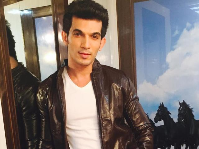 Arjun Bijlani says TV is very big now and one can't leaving TV completely to do a film. It is a bad move for a TV star in today's times.