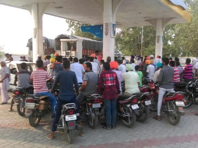 In the border district of Attari, heavy rush was seen at the petrol pumps as people turned up in droves to get their vehicles filled up.