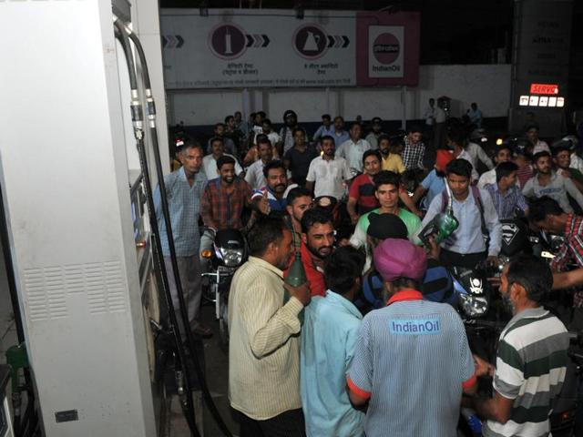 People swarm a fuel station in RS Pura Sector near the India-Pakistan border in Jammu after security was increased in the region.(Nitin Kanotra / HT photo)