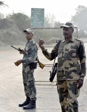 BSF men deployed to send back people who wanted to watch the retreat ceremony at Attari.(Gurpreet Singh/HT Photo)