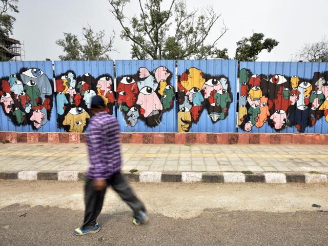 A towering 6,080 square foot mural of Mahatma Gandhi, painted by German graffiti artist Hendrik Beikirch and Delhi-based street painter Anpu on the walls of the Delhi police headquarters at ITO.(Arun Sharma/HT Photo)