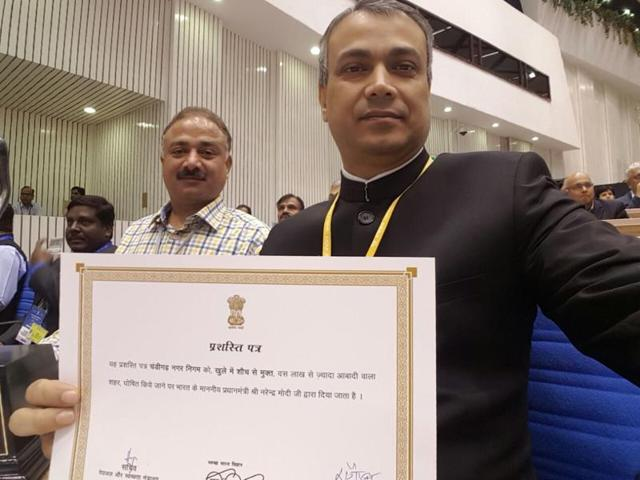 MC commissioner B Purushartha (front) and mayor Arun Sood after receiving the award in New Delhi on Friday.