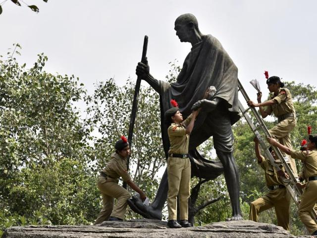 NCC Cadets cleaning Dandi March Statue at Mother Teresa Crescent Road during the Swachta Abhiyan drive in New Delhi.