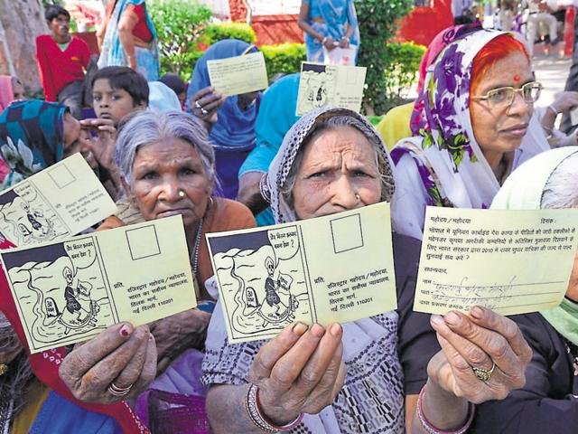 Bhopal gas tragedy victims have written to minister Vishwas Sarang against the government's decision.