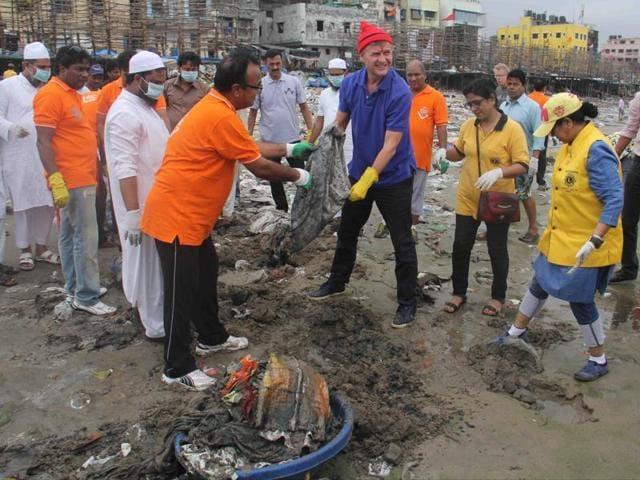 UNEP chief Erik Solheim participates in the Versova beach clean-up drive on Sunday.