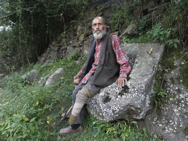 Ghulam Qadir of Balkote village lost his left leg during a 1965 war. Qadir says that residents of his village have suffered each time there has been a war or intense shelling.(Waseem Andrabi/HT)