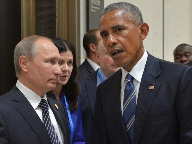 This September 28, 2015 file photo shows US President Barack Obama and Russia's President Vladimir Putin posing for a photo at the United Nations headquarters in New York. The Syria ceasefire talks between the two countries were suspended on Monday.