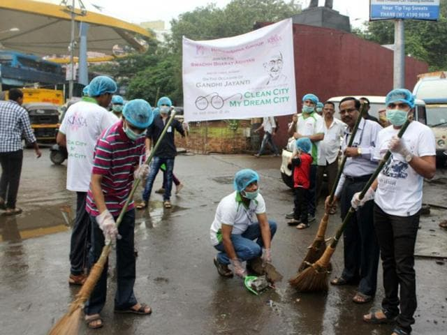 Deputy mayor Rajendra Sapte (extreme left) and mayor Sanjay More (second from right) conduct a clean-up drive below SATIS flyover near Thane railway station.