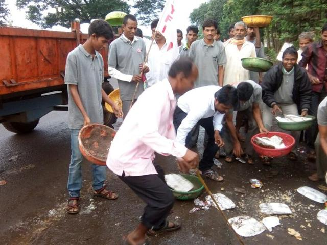 After the agitation was suspended, the CPI-M and Democratic Youth Federation of India (DYFI) workers cleaned the venue at Khandeshwari Junction.