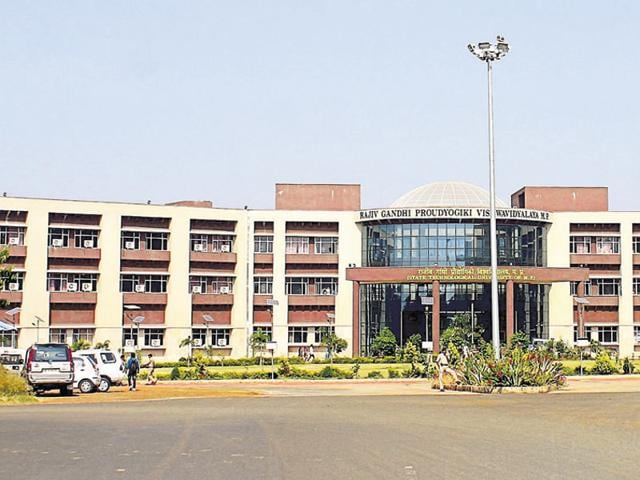 The Rajiv Gandhi Proudyogiki Vishwavidyalaya, which implemented CBCS two years ago, has 200 affiliated engineering, 98 pharmacy, 95 MCA and four architecture colleges among others under its fold.