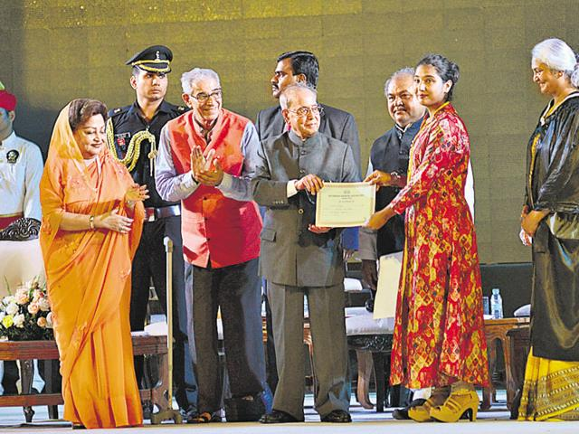 Rajmata Madhavi Raje Scindia presenting a memento to President Pranab Mukherjee during the 60th founder's day celebration of Scindia Kanya Vidyalaya in Gwalior on Monday.