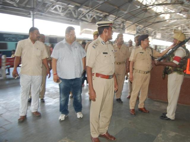 The IG and SSP inspecting the Kanpur Central Station.