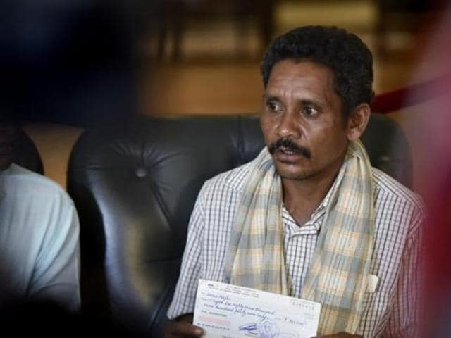 Dana Majhi,Odisha man carries wife's dead body,Odisha government