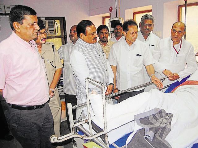Ministers Bhoopendra Singh (second from left), Gauri Shankar Bisen (right) meet RSS pracharak at a Jabalpur hospital.
