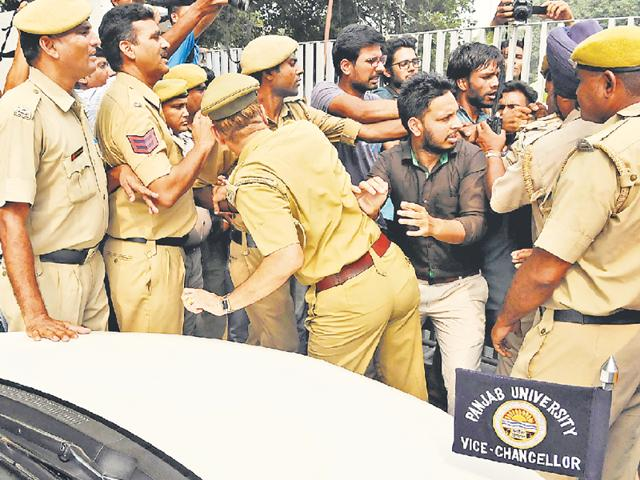 Cops trying to control students at gate number 1 after the V-C failed to convince them to end the blockade.