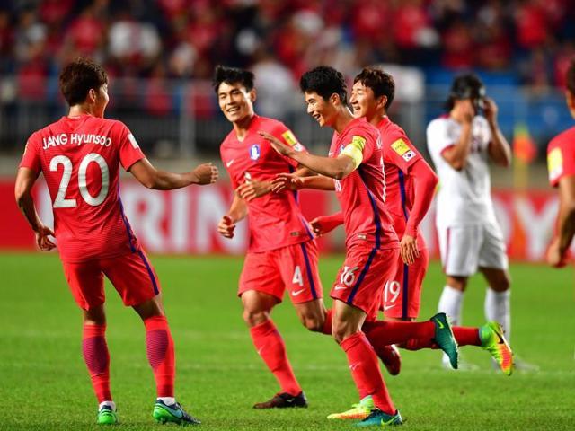 South Korea's Ki Sung-Yueng (C) celebrates his goal with teammates against Qatar.