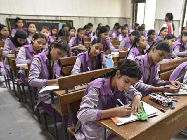 The managements of various schools resolved to wait for a fortnight before keeping their institutions shut.