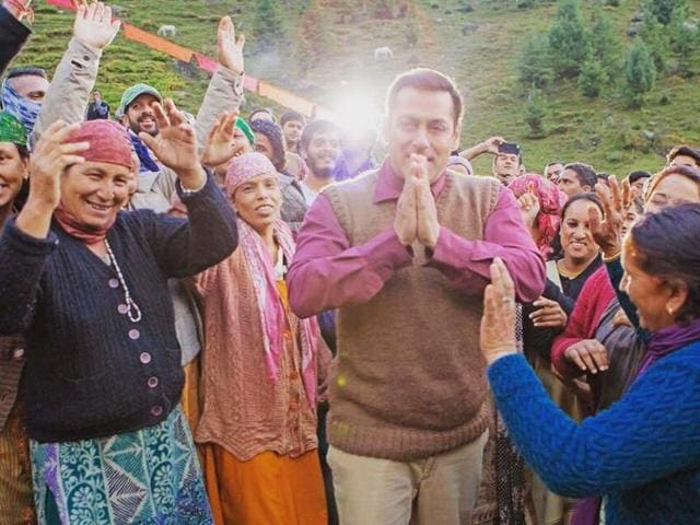 Salman Khan's team recently posted a video on Instagram, where the superstar is seen rehearsing for a dance sequence along with the cast of the film in Manali.