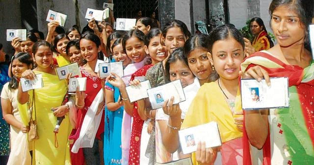 Ranchi 7.10.07 - Large numbers of voters showing their I Crads during the Ranchi university students union election at Marwari Wonen College in Ranchi HT-PHOTO-PARWAZ KHAN
