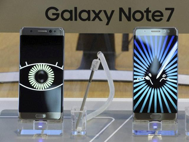 Samsung Electronics Galaxy Note 7 smartphones are displayed at its shop in Seoul, South Korea on Tuesday