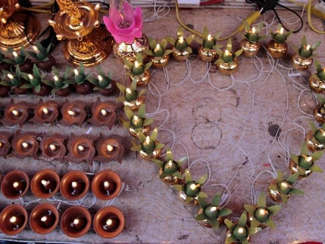Shopping for Diwali lamps? Head to Sadar Bazar this time to find a dazzling variety of Indian handmade lights.(Shivam Saxena/HT Photo)
