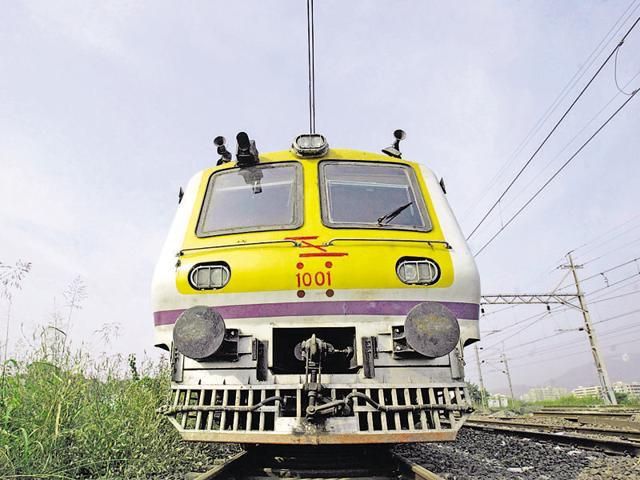 15Coach - 15 Coach - Railways - New Local Train - 15-coach - 15coah new train at Virar - HT Photo by Prasad Gori 07.12.09 - DEC09 2K9