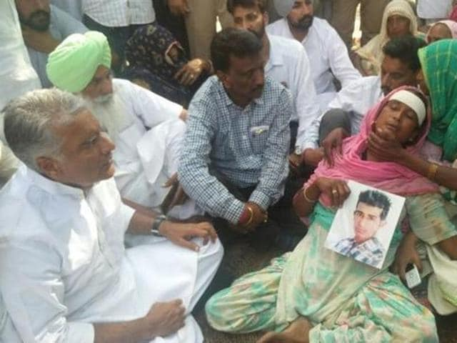MLASunil Jakhar of the Congress meets victim's family