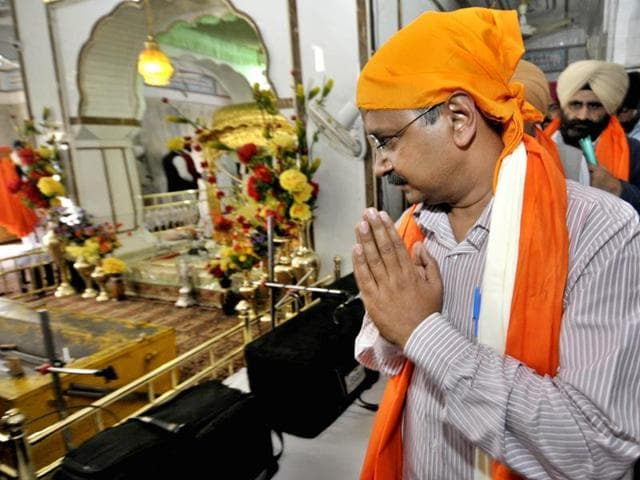 Delhi chief minister Arvind Kejriwal and his wife turned up without security at a prominent gurudwara in New Delhi on Monday night.