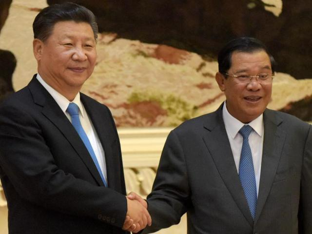 Chinese President Xi Jinping, left, with Cambodian Prime Minister Hun Sen during a meeting at the Peace Palace in Phnom Penh on Thursday.(AFP)