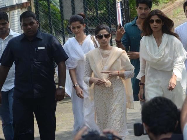 Shamita Shetty and Shilpa Shetty during the funeral of her father Surendra Shetty in Mumbai. (IANSPhoto)