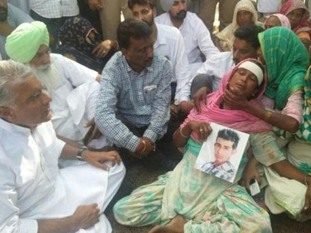 MLA Sunil Jakhar of Congress with the victim's family.