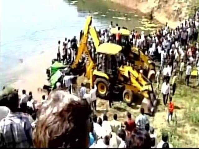 The bus was on its way to Jaora from Ratlam when the mishap took place on the four-lane road at 12 Patthar Khadan, about 2km away from Namli town.