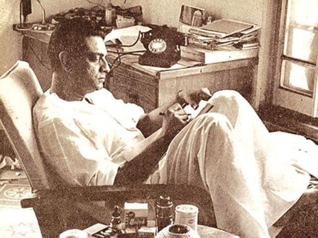 Sonar Kella follows the adventure of Satyajit Ray's legendary fictional sleuth Feluda along with his sidekick Topshe and thriller-novelist Jatayu.