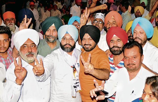 Punjab AAP convener Gurpreet Singh Ghuggi with the party's Patiala (rural) candidate Karanvir Singh and others during a rally in Patiala on Friday.
