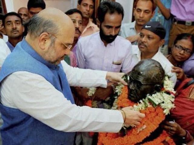 BJP chief Amit Shah paying floral tributes to Loknayak Jayaprakash Narayan on his birth anniversary at his residence in Kadam Kuan in Patna.