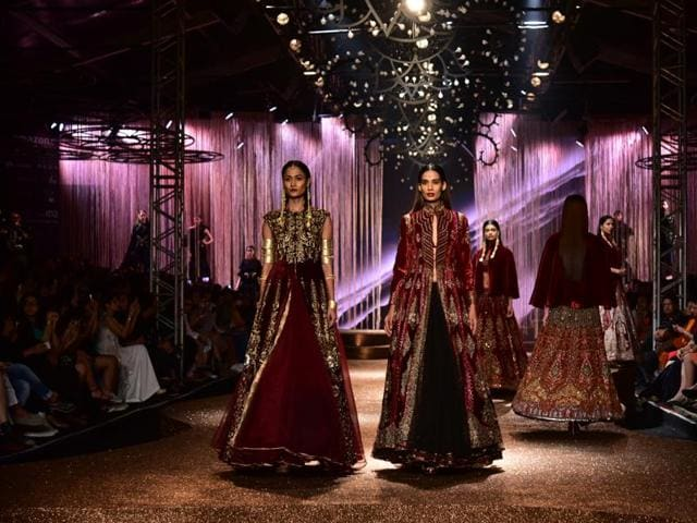 Conceived as a guru-shishiya synergy, the Grand Finale brought together the master JJ Valaya and the disciple – designer duo Alpana and Neeraj.