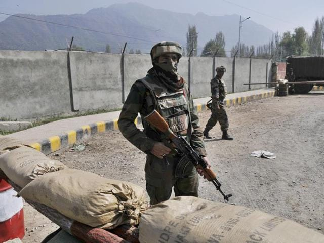 Suspected militants robbed security men guarding a TVtower of their rifles. A search has been launched to nab the men.