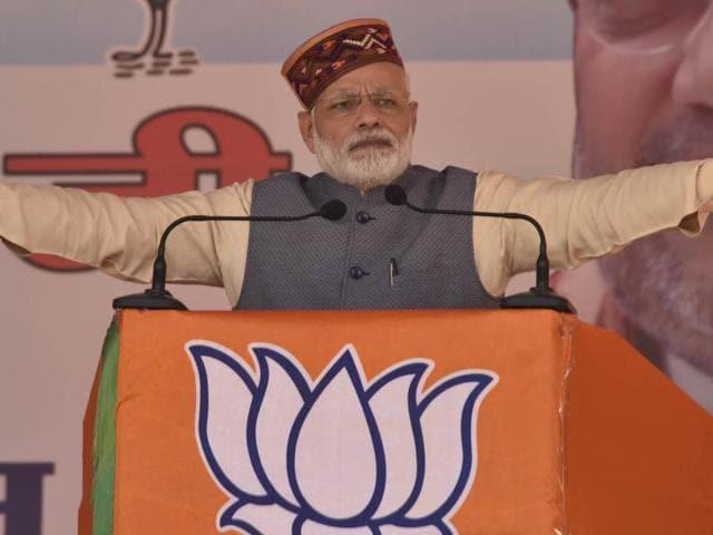Prime Minister Narendra Modi addressing BJP Parivartan Rally at Mandi, Himachal Pradesh, on Tuesday, October 18, 2016.(Birbral Sharma / HT Photo)