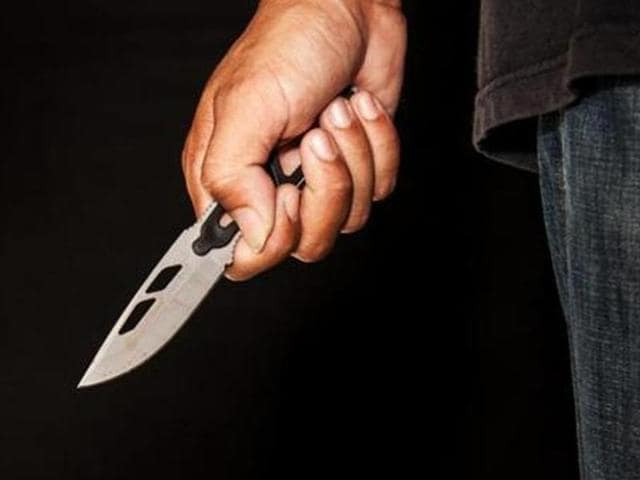mobile thief,paper cutter,Kurla police