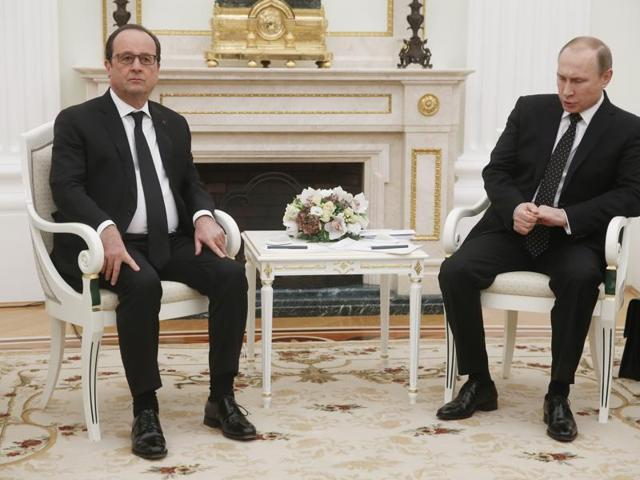 A file picture of Russian President Vladimir Putin (R) and French President Francois Hollande.