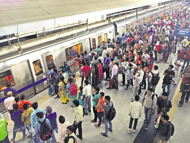 Delhi Metro's air conditioning system is equipped to filter pollutants, but particles manage to enter.(Saumya Khandelwal/HT File)