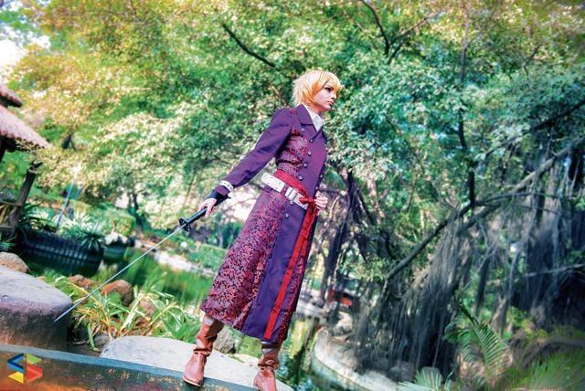 Madhu Gudi cos-plays as Kazama Chikage, a character from the anime Hakuouki Shinsengumi Kitan.