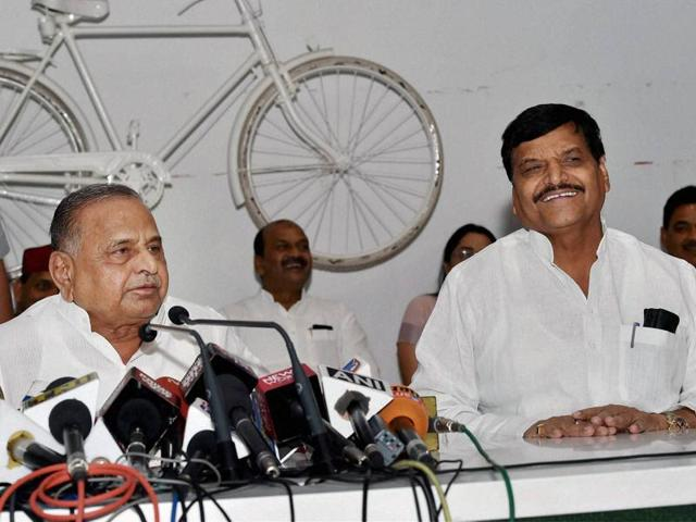 Samajwadi Party supremo Mulayam Singh Yadav with party's UP president Shivpal Yadav at a press conference in Lucknow.(PTI)