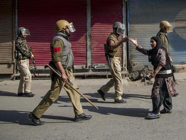 A Kashmiri woman argues with Indian police officers after they chased away Kashmiri protesters in Srinagar.(AP)