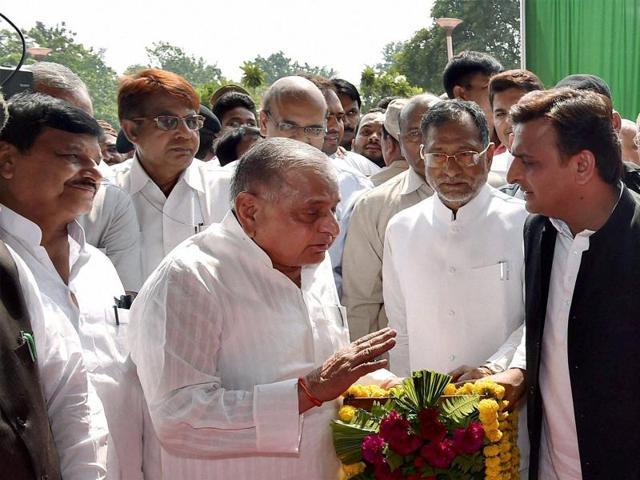 Samajwadi Party supremo Mulayam Singh Yadav, Uttar Pradesh chief minister Akhilesh Yadav and party's UP state president Shivpal Yadav at an event in Lucknow.(PTI File)