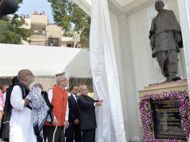 President Pranab Mukherjee unveils a statue of Sardar Vallabhbhai Patel during the inauguration of Sardar Vallabhbhai Patel Heart Institute at Ankleshwar, Gujarat.